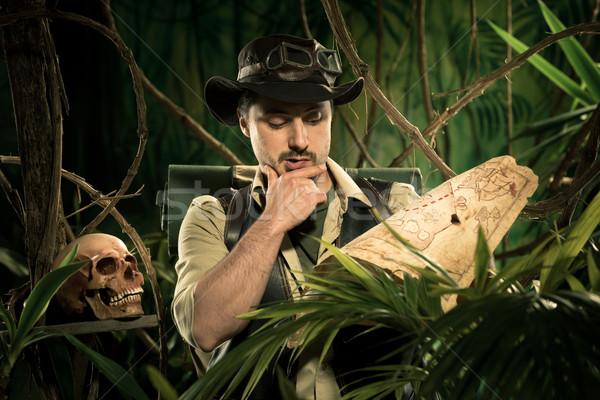 Perdu explorateur carte jeunes jungle Photo stock © stokkete