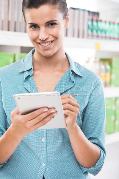 Kalite genç kadın dijital tablet pikap iğnesi süpermarket Stok fotoğraf © stokkete