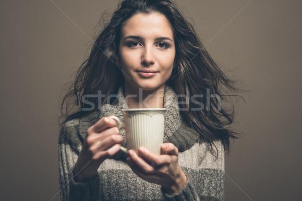 Mooie vrouw warme drank glimlachend jonge vrouw beker vrouw Stockfoto © stokkete