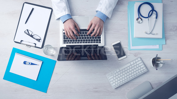 Arts werken vergadering laptop medische apparatuur Stockfoto © stokkete