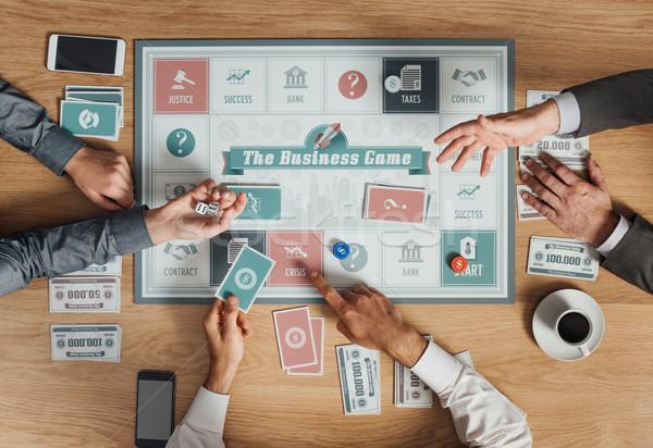 üzletemberek játszik társasjáték emberek üzlet fa asztal Stock fotó © stokkete