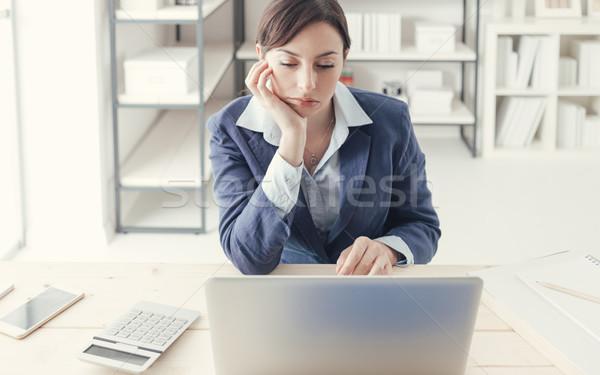 Unalmas állás lehangolt unatkozik üzletasszony dolgozik Stock fotó © stokkete