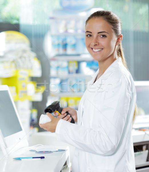 Gyógyszertár tabletta üveg portré mosolyog női Stock fotó © stokkete