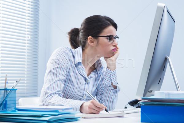 Nudzić kobieta biuro pracownik biurowy biurko Zdjęcia stock © stokkete