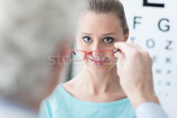 Opticien bril patiënt nieuwe glimlachend naar Stockfoto © stokkete