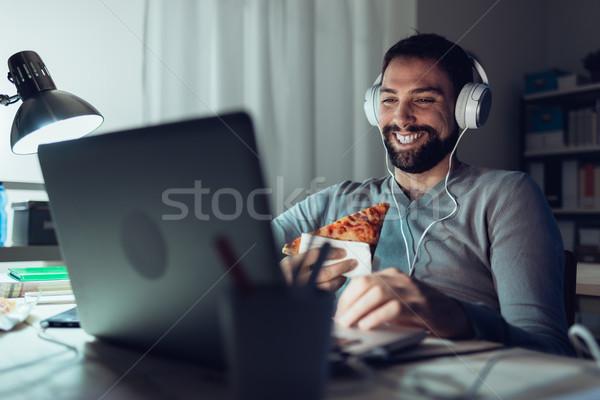 Homem jantar casa networking alimentação fatia Foto stock © stokkete