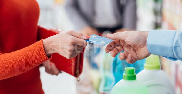 Nő pénztár élelmiszer vásárlás áruház fizet Stock fotó © stokkete