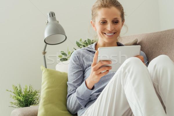 женщину расслабляющая диване счастливым домой Сток-фото © stokkete