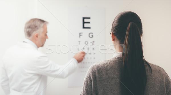 Examen de la vue femme lecture oeil graphique Photo stock © stokkete