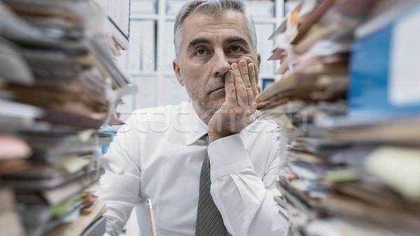 Frustré exécutif paperasserie accablé travail bureau Photo stock © stokkete