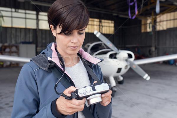 Fotograaf foto vrouw luchthaven camera display Stockfoto © stokkete