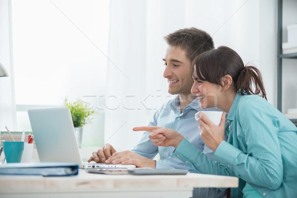 Sorridere Coppia utilizzando il computer portatile rilassante home Foto d'archivio © stokkete