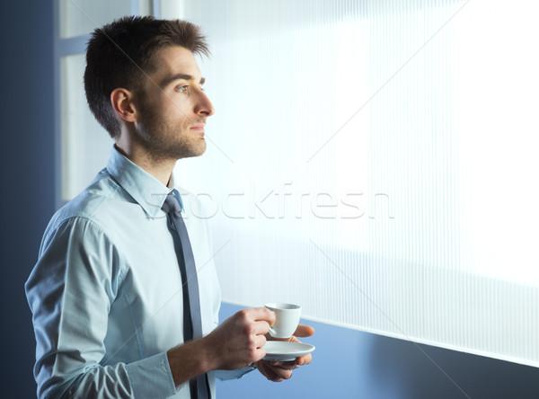 Stok fotoğraf: Kahve · molası · işadamı · rahatlatıcı · pencere · fincan · gömlek