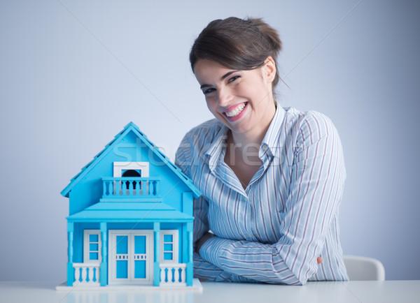 Mujer hermosa escritorio azul claro modelo casa Foto stock © stokkete