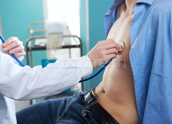 Bicie serca lekarza słuchania serca pacjenta medycznych Zdjęcia stock © stokkete