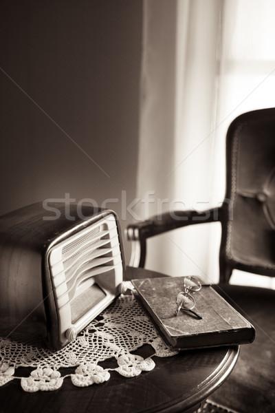 Vintage radio woonkamer tabel boek technologie Stockfoto © stokkete