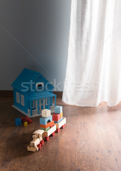 Foto stock: Brinquedos · piso · boneca · casa · brinquedo · de · madeira