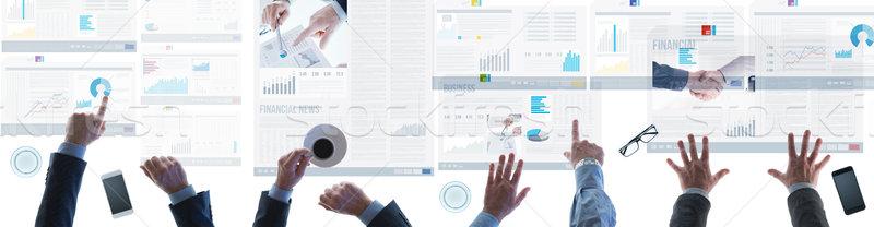 Finansowych zespołu wiadomości zespół firmy ekran dotykowy Zdjęcia stock © stokkete
