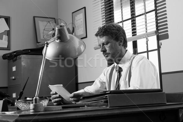 Diretor trabalhando mesa de escritório vintage leitura documentos Foto stock © stokkete