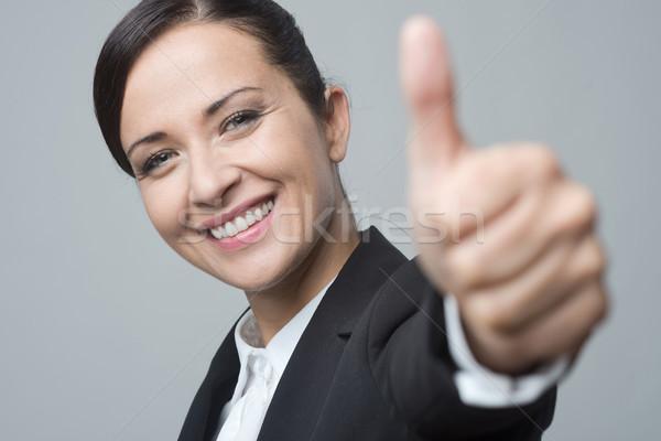 Glimlachend zakenvrouw aantrekkelijk naar camera Stockfoto © stokkete