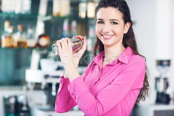 Gyönyörű pincérnő koktél shaker fiatal barista Stock fotó © stokkete