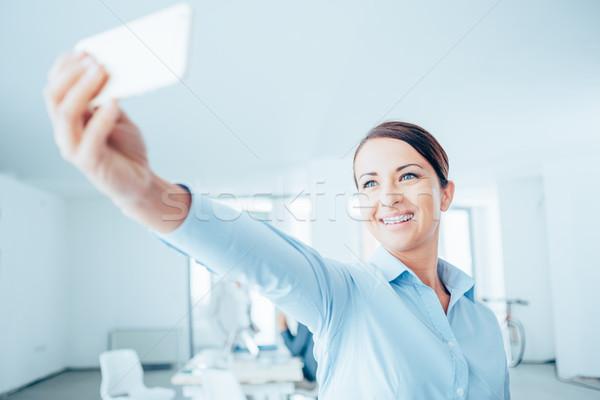 Donna sorridente sorridere donna d'affari ufficio Foto d'archivio © stokkete