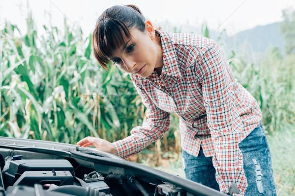 Donna riparazione auto rotta triste guardando auto Foto d'archivio © stokkete