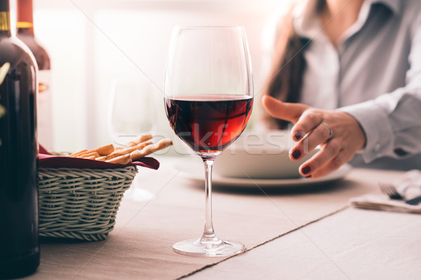Vrouw proeverij wijn lunch restaurant Stockfoto © stokkete