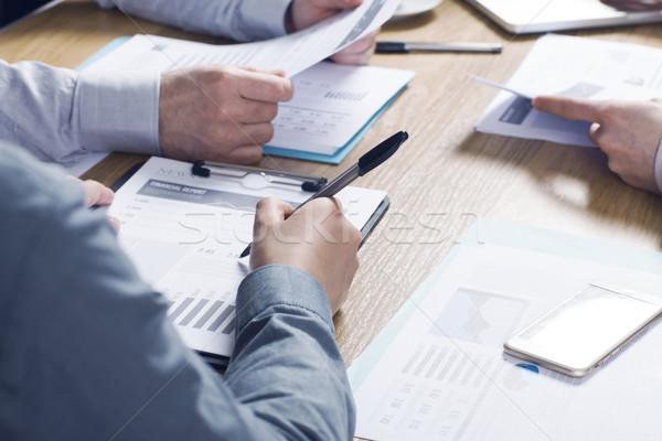 Stock fotó: üzleti · csapat · együtt · dolgozni · üzletemberek · csapat · irodai · asztal · pénzügyi