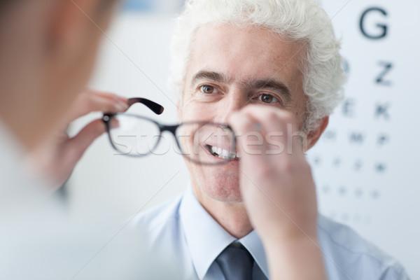 Foto stock: Oculista · novo · óculos · paciente · masculino · sorridente