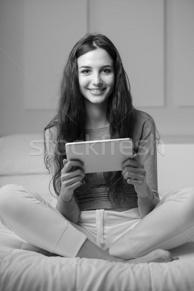 Stock foto: Frau · Tablet · home · jungen · lächelnde · Frau · entspannenden