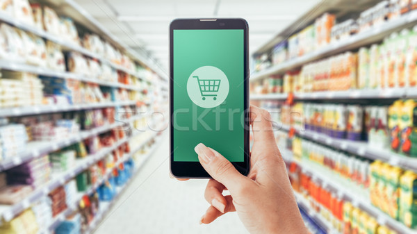 Realiteit winkelen vrouw kruidenier supermarkt smartphone Stockfoto © stokkete