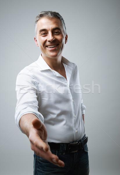 Kézfogás érett üzletember felajánlás szürke üzletemberek Stock fotó © stokkete