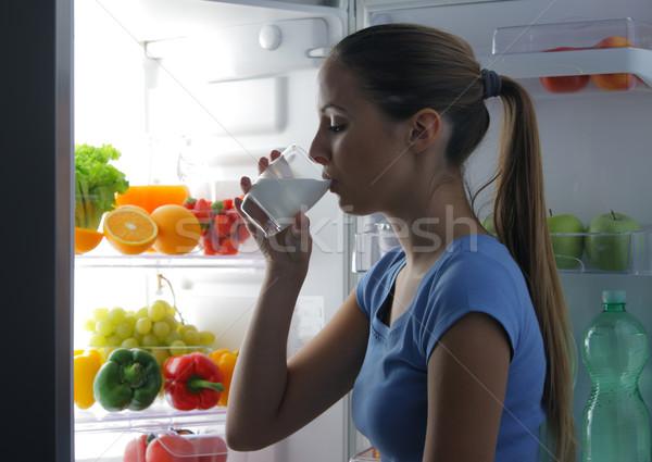 Zdjęcia stock: Kobieta · pitnej · mleka · młoda · kobieta · lodówce · noc