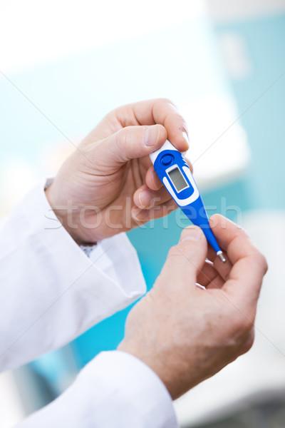 Doktor sıcaklık termometre eller Stok fotoğraf © stokkete