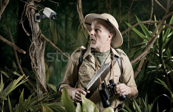 Explorador caminhada selva câmera de segurança homem retro Foto stock © stokkete