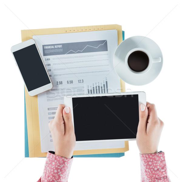 üzletasszony digitális tabletta dolgozik asztal kezek Stock fotó © stokkete