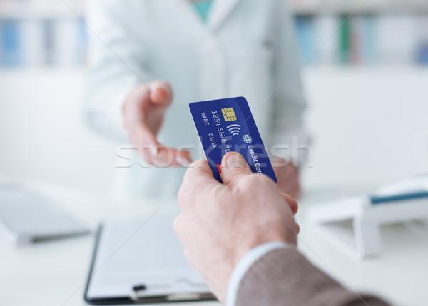 Farmácia compras homem cartão de crédito médico trabalhador Foto stock © stokkete