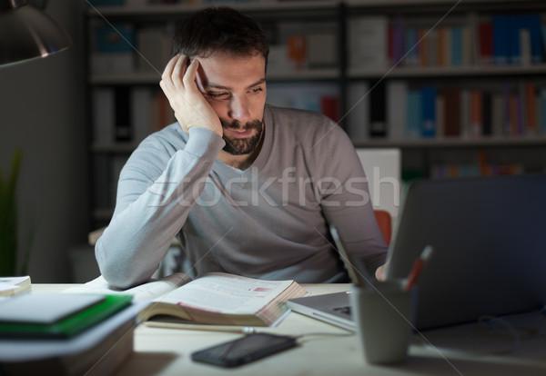 眠い 若い男 デスク 疲れ 座って 作業 ストックフォト © stokkete