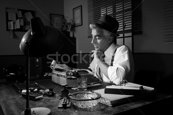 Profi riporter dolgozik késő éjszaka asztal Stock fotó © stokkete