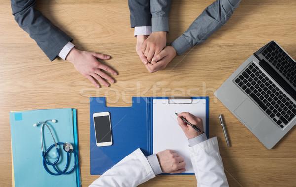 Orvos ír lefelé orvosi lemezek beszél Stock fotó © stokkete