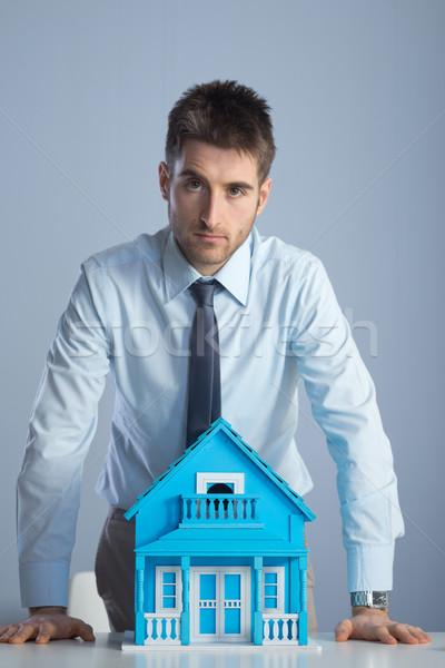Makelaar model huis jonge bureau Stockfoto © stokkete