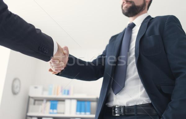 Gens d'affaires serrer la main bureau accord emploi mains Photo stock © stokkete