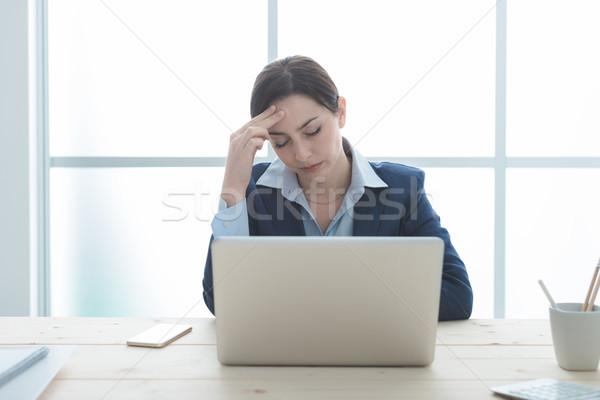 Estressante trabalho cansado empresária trabalhando laptop Foto stock © stokkete