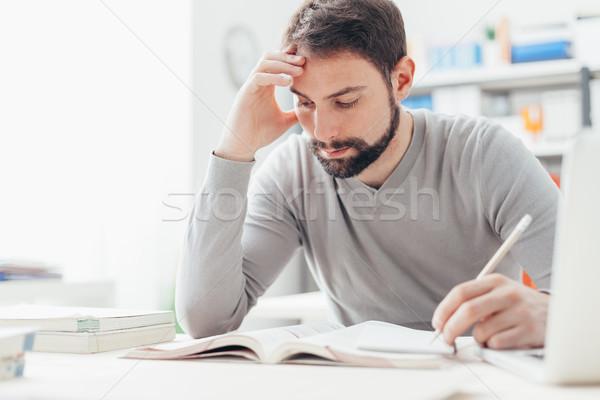 Stock fotó: Férfi · tanul · könyvtár · felnőtt · fókuszált · ül