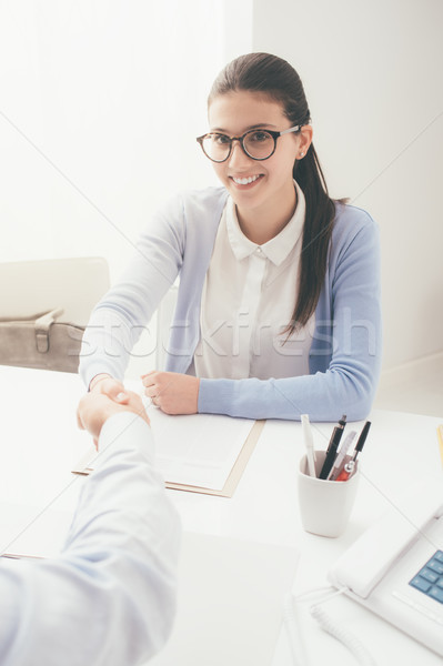 Bem sucedido entrevista de emprego jovem inteligente mulher examinador Foto stock © stokkete