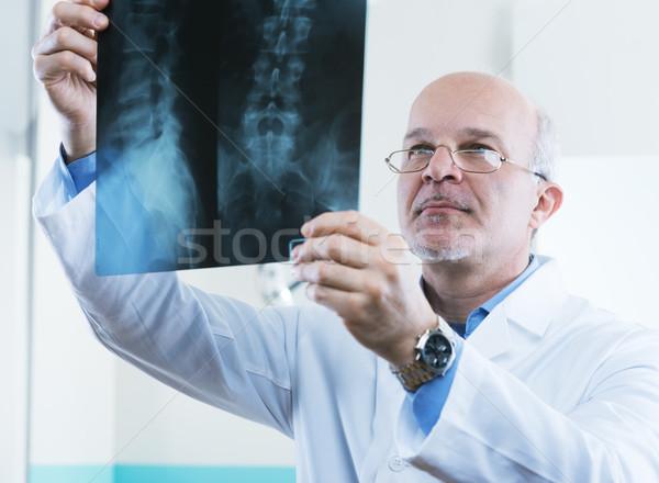 Radyolog çalışmak erkek kıdemli doktor bakıyor Stok fotoğraf © stokkete