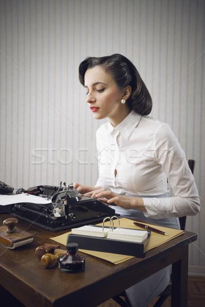 Foto d'archivio: Donna · digitando · ufficio · retro · donna · d'affari · ritratto