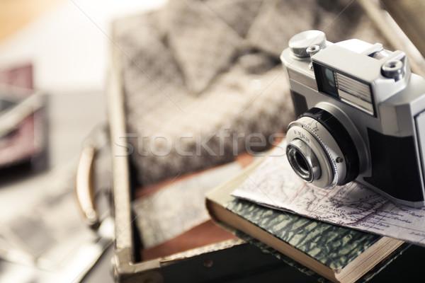 Klasszikus utazás felszerlés öreg kamera bőrönd Stock fotó © stokkete