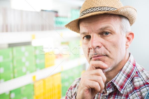 Rolnik supermarket strony podbródek patrząc kamery Zdjęcia stock © stokkete